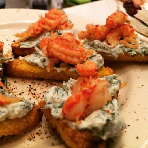 polenta toast met kruiden ricotta en rivierkreeftjes